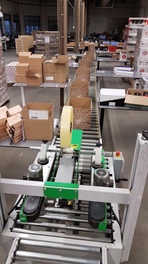 Onze medewerkers pakken kerstpakketten in