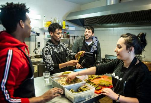 Ayman was chef-kok in Syrië. Dolblij is hij, nu hij weer in de keuken staat